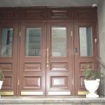 Входные деревянные двери в здание