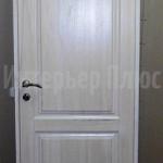 Белая деревянная дверь