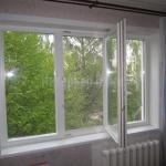 Деревянное окно со стеклопакетом для квартиры.