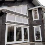 Деревянное окно со стеклопакетом в частном доме.
