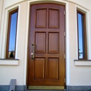 Входная дверь из массива