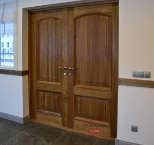 Распашная дверь из массива