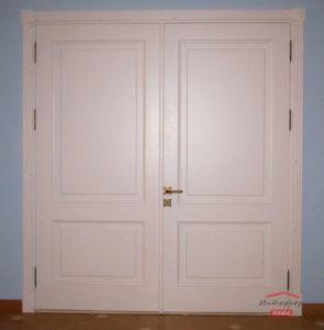 Двустворчатая белая деревянная дверь