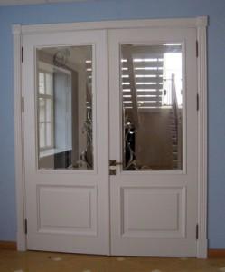 Распашная белая дверь из массива