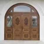 Красивая входная деревянная дверь