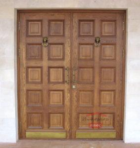 Солидная дверь из массива